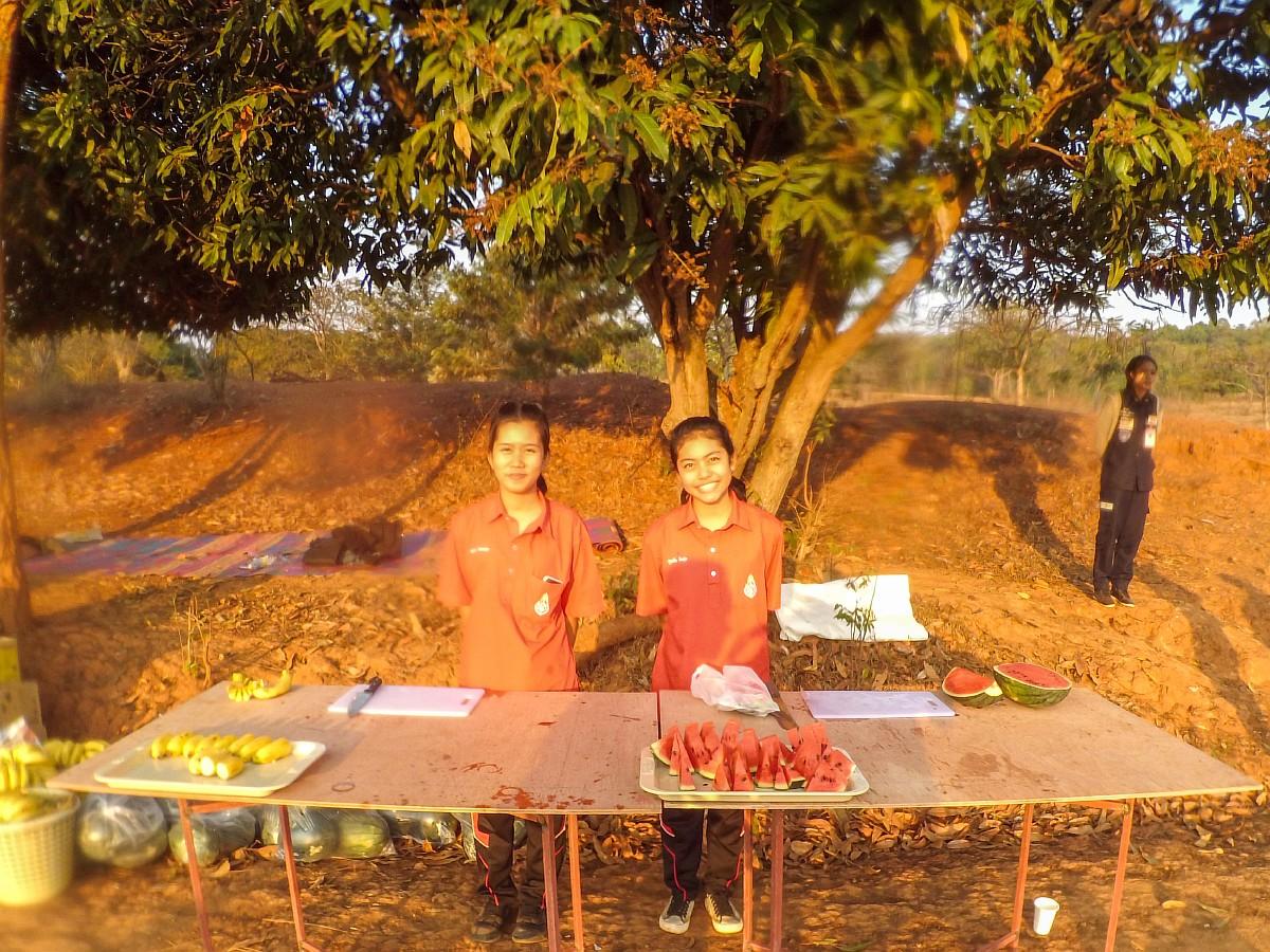 Волонтеры на пункте питания